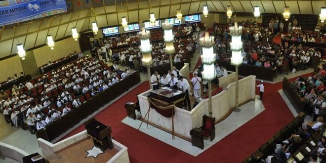 טקס בר מצווה בבית הכנסת
